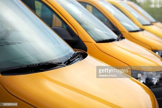 Groupe d'orange de véhicules stationnés en plein air