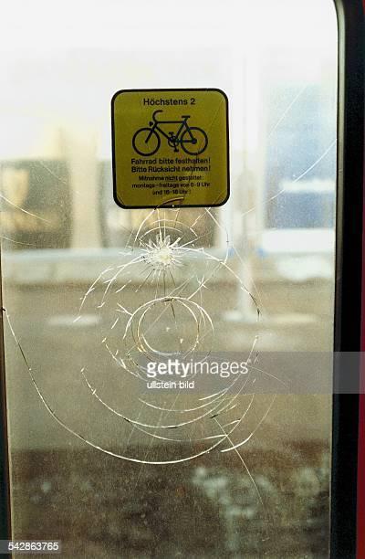 Vandalismus / Sachbeschädigung Auf der zerkratzten Scheibe einer Hamburger SBahn klebt ein Hinweisschild zur Fahrradbeförderung im öffentlichen...