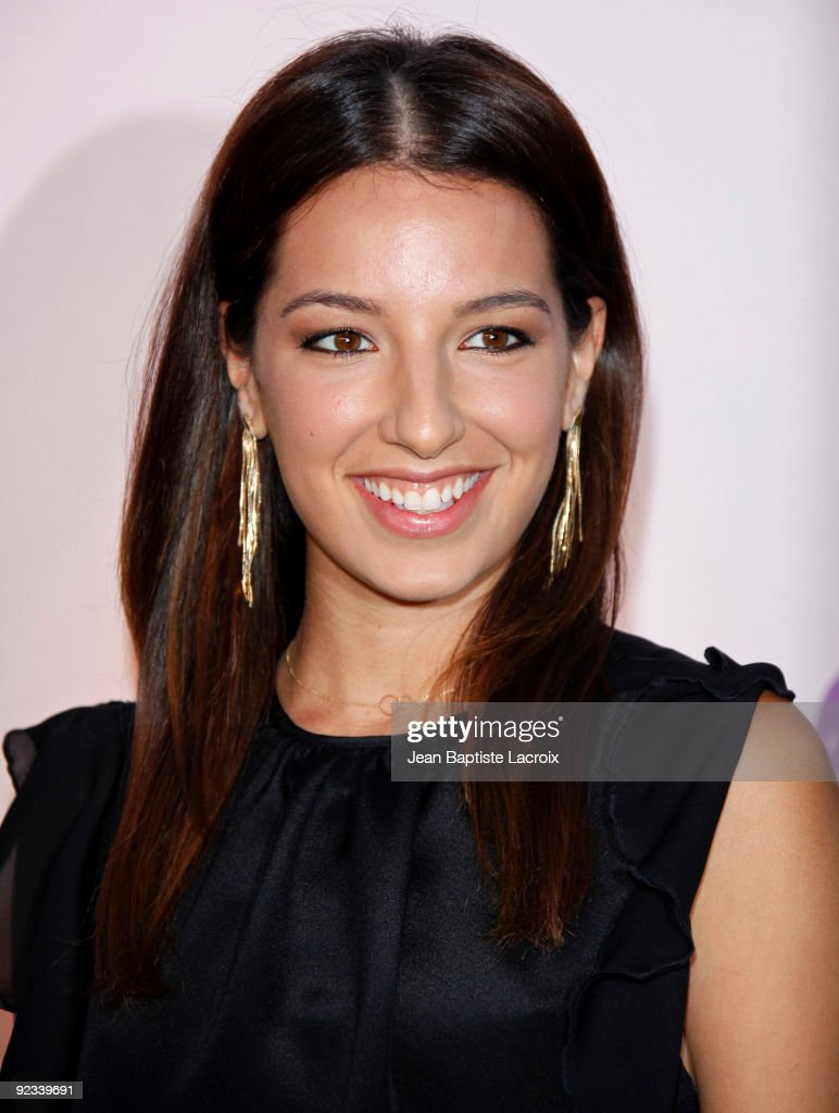 Vanessa Lengies Cute Smile &amp- Looking Back Side Pose Wallpaper