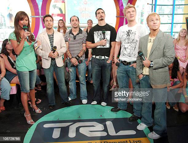 Vanessa Minnillo with Howie Dorough AJ McLean Kevin Richardson Nick Carter and Brian Littrell of Backstreet Boys