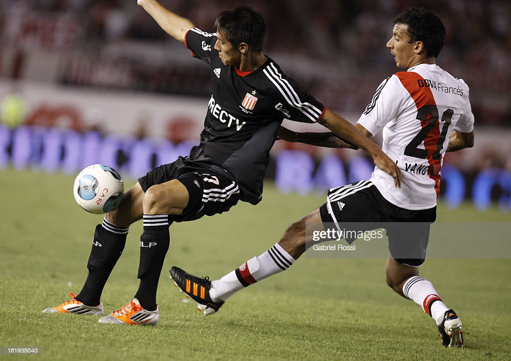 Vangioni of River Plate fights for the ball with Carlos Auzqui of Estudiantes during the match between River Plate and Estudiantes of Torneo Final 2013 on February 17, 2013 in Buenos Aires, Argentina.