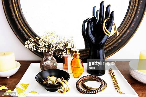 Vaidade Cômoda com acessórios de moda, flores e cosméticos