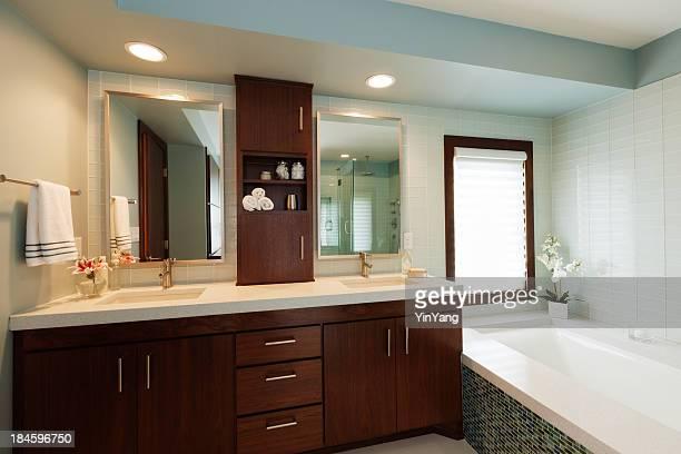 シンクの化粧台、バスタブ、ミラーのモダンなデザインのバスルーム