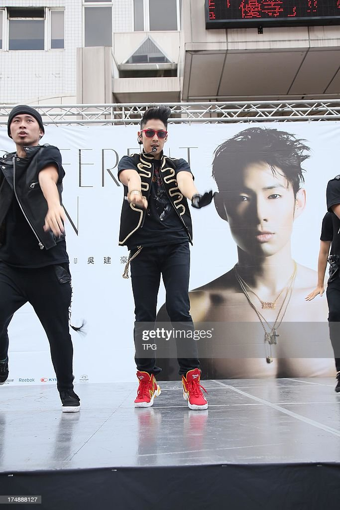 VanNess Wu issued his new album and hold a signature court on Sunday July 28,2013 in Taipei,China.