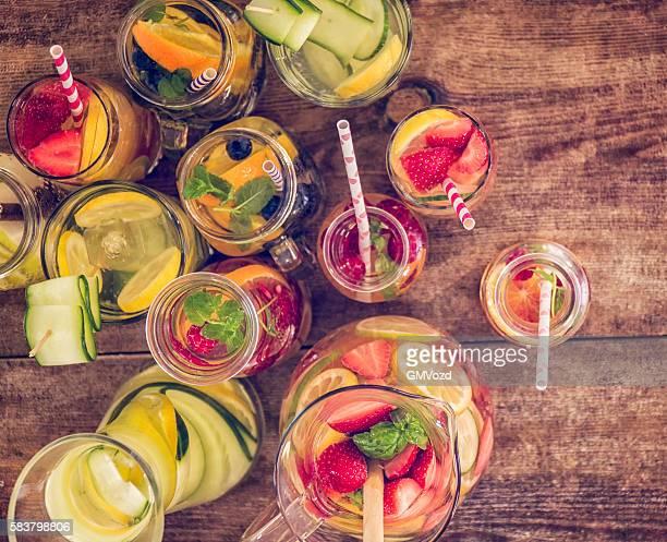 Variation, mineralhältiges Wasser mit frischem Obst