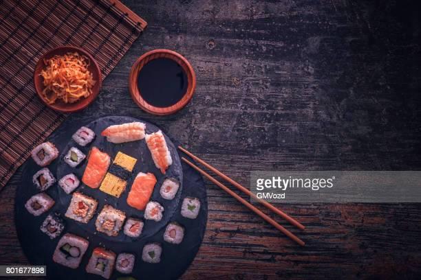 Variation von Sushi serviert mit Soja Sauce und Wasabi