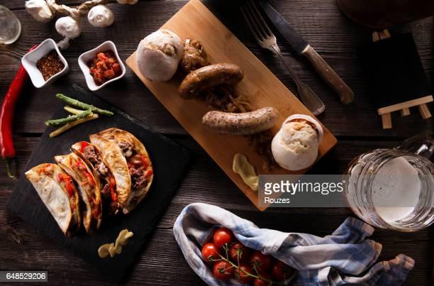 Auswahl an Speisen vom Grill auf Holztisch