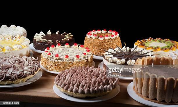 Verschiedene Arten von Kuchen auf einem Tisch