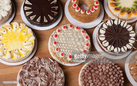 さまざまな種類のケーキ、テーブル