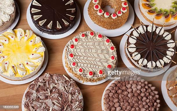 Vários tipos de bolo na mesa
