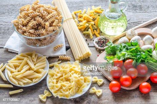 Diferentes tipos de pasta con champiñones y tomates cherry : Foto de stock