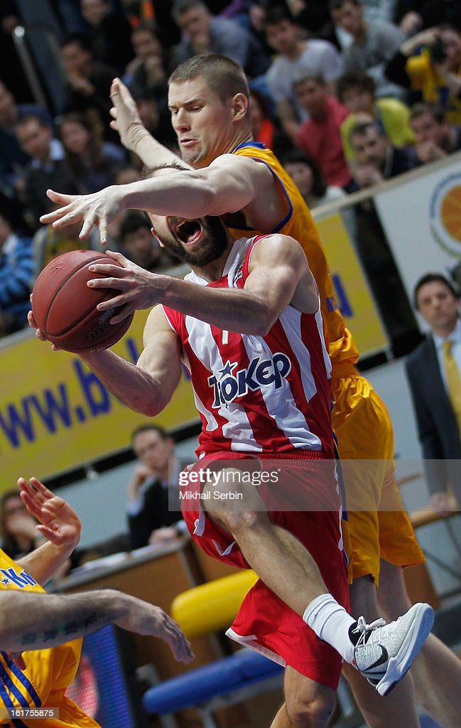 <a gi-track='captionPersonalityLinkClicked' href=/galleries/search?phrase=Vassilis+Spanoulis&family=editorial&specificpeople=704857 ng-click='$event.stopPropagation()'>Vassilis Spanoulis</a>, #7 of Olympiacos Piraeus competes with Paul Davis, #40 of BC Khimki Moscow Region during the 2012-2013 Turkish Airlines Euroleague Top 16 Date 7 between BC Khimki Moscow Region v Olympiacos Piraeus at Basketball Center of Moscow on February 15, 2013 in Moscow, Russia.