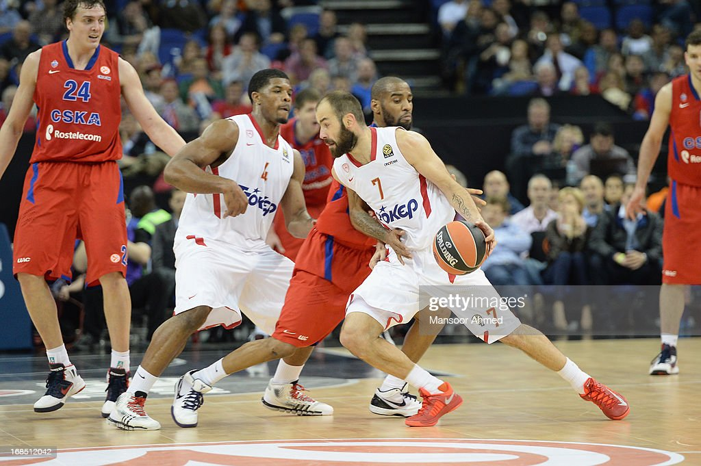 <a gi-track='captionPersonalityLinkClicked' href=/galleries/search?phrase=Vassilis+Spanoulis&family=editorial&specificpeople=704857 ng-click='$event.stopPropagation()'>Vassilis Spanoulis</a>, #7 of Olympiacos Piraeus competes with <a gi-track='captionPersonalityLinkClicked' href=/galleries/search?phrase=Sonny+Weems&family=editorial&specificpeople=4099569 ng-click='$event.stopPropagation()'>Sonny Weems</a>, #13 of CSKA Moscow during the Semifinal A game between CSKA Moscow v Olympiacos Piraeus at O2 Arena on May 10, 2013 in London, United Kingdom.
