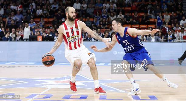 Vassilis Spanoulis #7 of Olympiacos Piraeus competes with Thomas Heurtel #31 of Anadolu Efes Istanbul during the 2016/2017 Turkish Airlines...