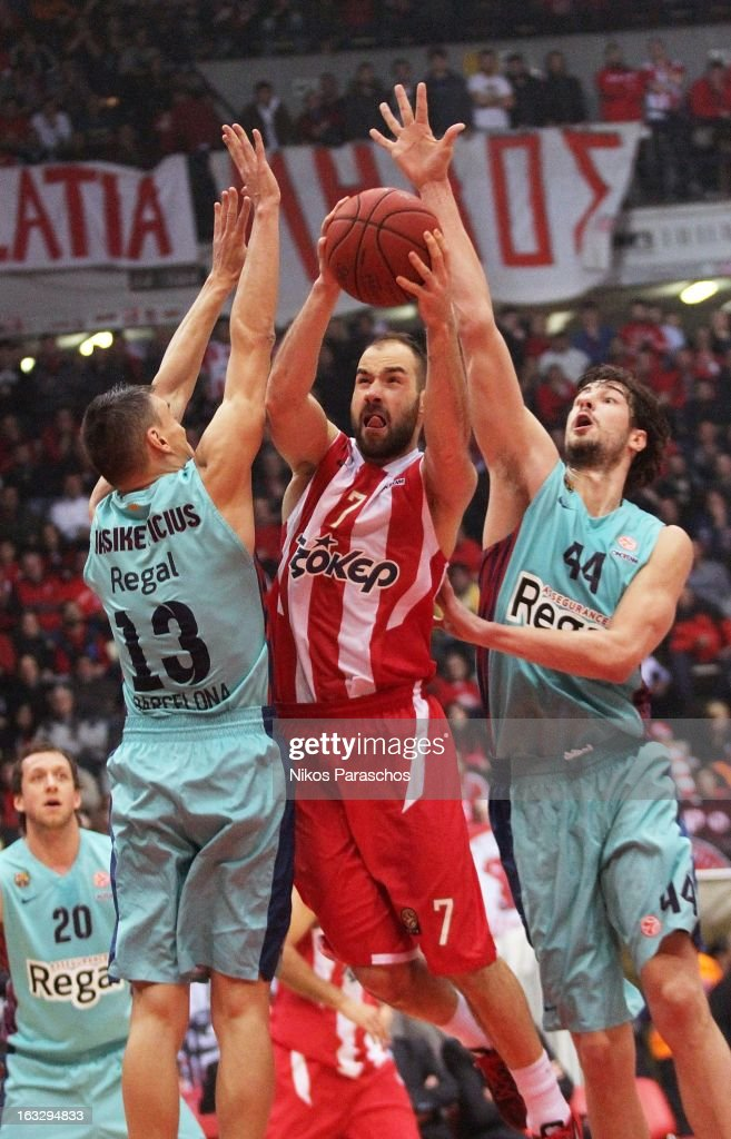 <a gi-track='captionPersonalityLinkClicked' href=/galleries/search?phrase=Vassilis+Spanoulis&family=editorial&specificpeople=704857 ng-click='$event.stopPropagation()'>Vassilis Spanoulis</a> #7 of Olympiacos Piraeus competes with Sarunas Jasikevicius #13 and Ante Tomic #44 of FC Barcelona Regal during the 2012-2013 Turkish Airlines Euroleague Top 16 Date 10 game between Olympiacos Piraeus and FC Barcelona Regal at Peace and Friendship Stadium on March 7, 2013 in Athens, Greece.