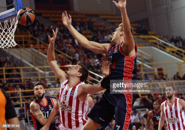Vassilis Toliopoulos #4 of Olympiacos Piraeus competes with Johannes Voigtmann #7 of Baskonia Vitoria Gasteiz during the 2017/2018 Turkish Airlines...