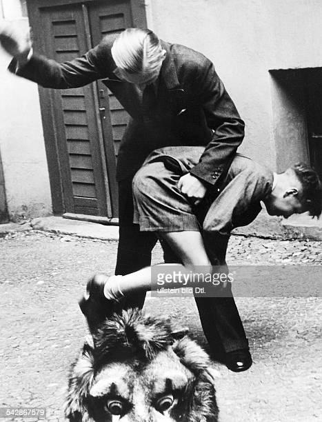 Vater bestraft seinen Sohn mit Prügelerschienen in 'Grupo' 34/1939