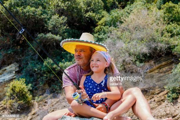 Vater und Tochter beim Angeln