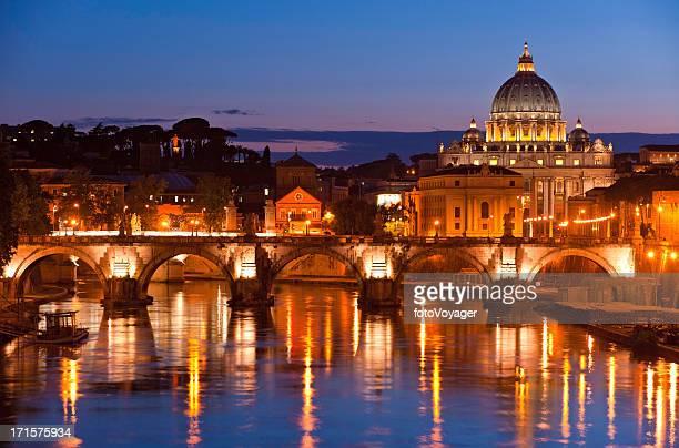 Tramonto sulla Città del Vaticano, San Pietro Basilica Fiume Tevere a Roma, Italia