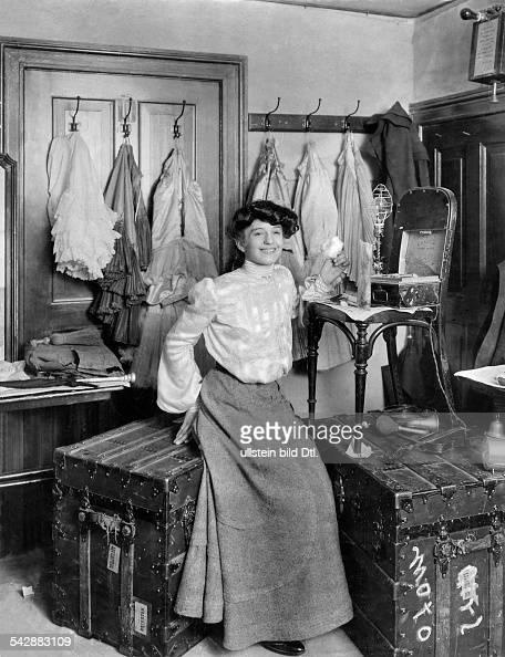 vaudeville backstage British 'Motogirl' sitting on her wardrobe trunks date unknown probably 1903 published in Nr 35/1903