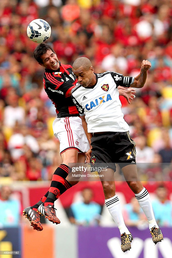 Víctor Cáceres of Flamengo heads the ball against Wendel of Sport Recife during a match between Flamengo and Sport Recife as part of Brasileirao Series A 2014 at Maracana Stadium on August 10, 2014 in Rio de Janeiro, Brazil.