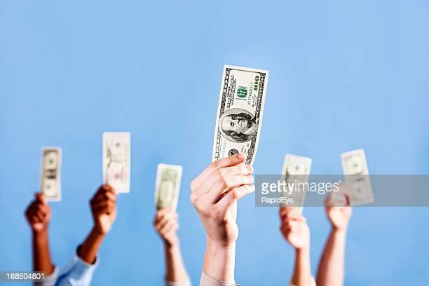 Ich habe das Geld! Viele Hände halten US-Dollar