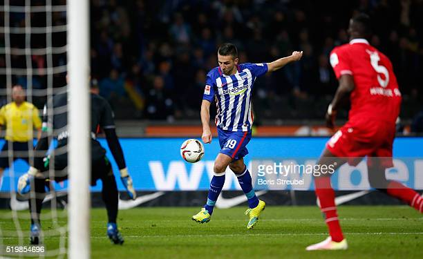 Vedad Ibisevic of Berlin tries to score against goalkeeper RonRobert Zieler of Hannover during the Bundesliga match between Hertha BSC and Hannover...