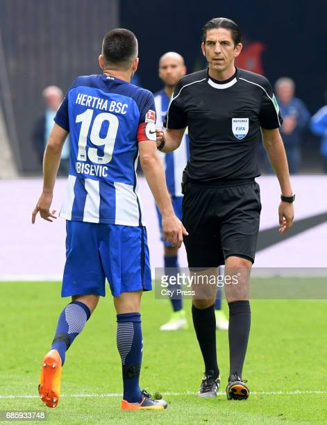 Vedad Ibisevic of Hertha BSC and referee Deniz Aytekin during the game between Hertha BSC and Bayer 04 Leverkusen on may 20 2017 in Berlin Germany