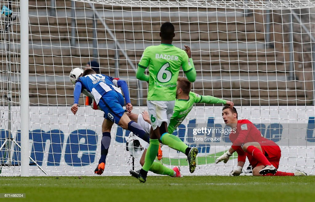Vedad Ibisevic of Hertha BSC scores his team's first goal against goalkeeper Koen Casteels of VfL Wolfsburg with a header during the Bundesliga match between Hertha BSC and VfL Wolfsburg at Olympiastadion on April 22, 2017 in Berlin, Germany.