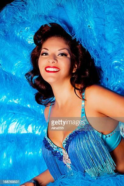 Vegas showgirl mit blauen Federn