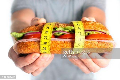 Sándwich de vegetales envueltos en concepto de dieta cinta de medir : Foto de stock