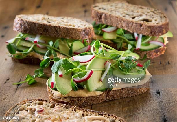 野菜のサンドイッチの、素朴な木製の背景。