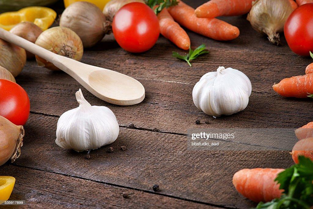 Verduras y cuchara de madera y la cocina : Foto de stock