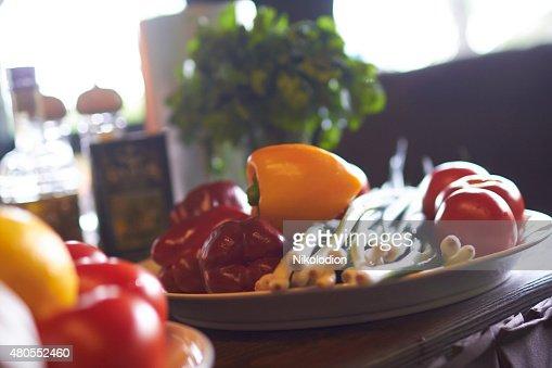 Legumes em uma placa : Foto de stock