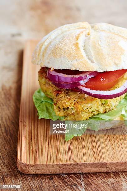 Veggi burger, broccoli, carrots, chickpeas, onions and ketchup
