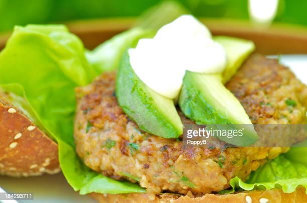Burger végétarien avec avocat sur un petit pain