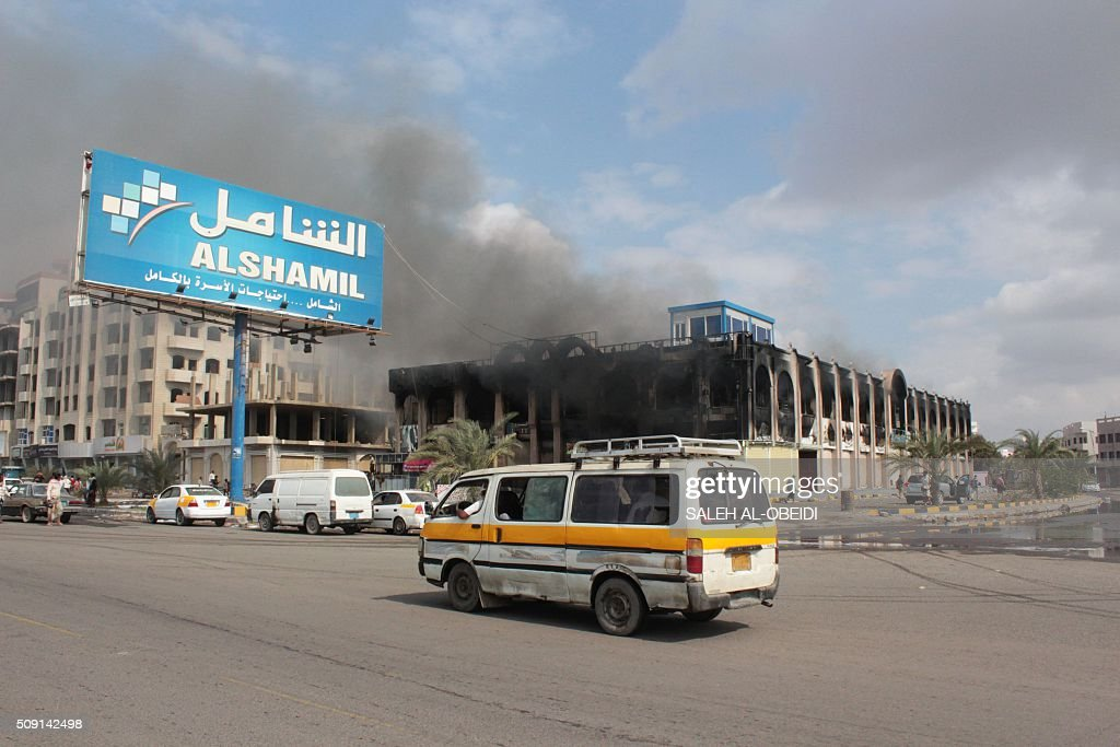 A vehicle drives past the Shamel shopping centre in the Mansura suburb of Aden on February 9, 2016, in the aftermath of clashes between forces loyal to Yemen's Saudi-backed President Abedrabbo Mansour Hadi and al-Qaeda members. Yemeni forces clashed with Al-Qaeda militants in Aden as the Saudi-led coalition provided air cover, in a bid to drive the jihadists out of the city, security officials said. / AFP / SALEH AL-OBEIDI