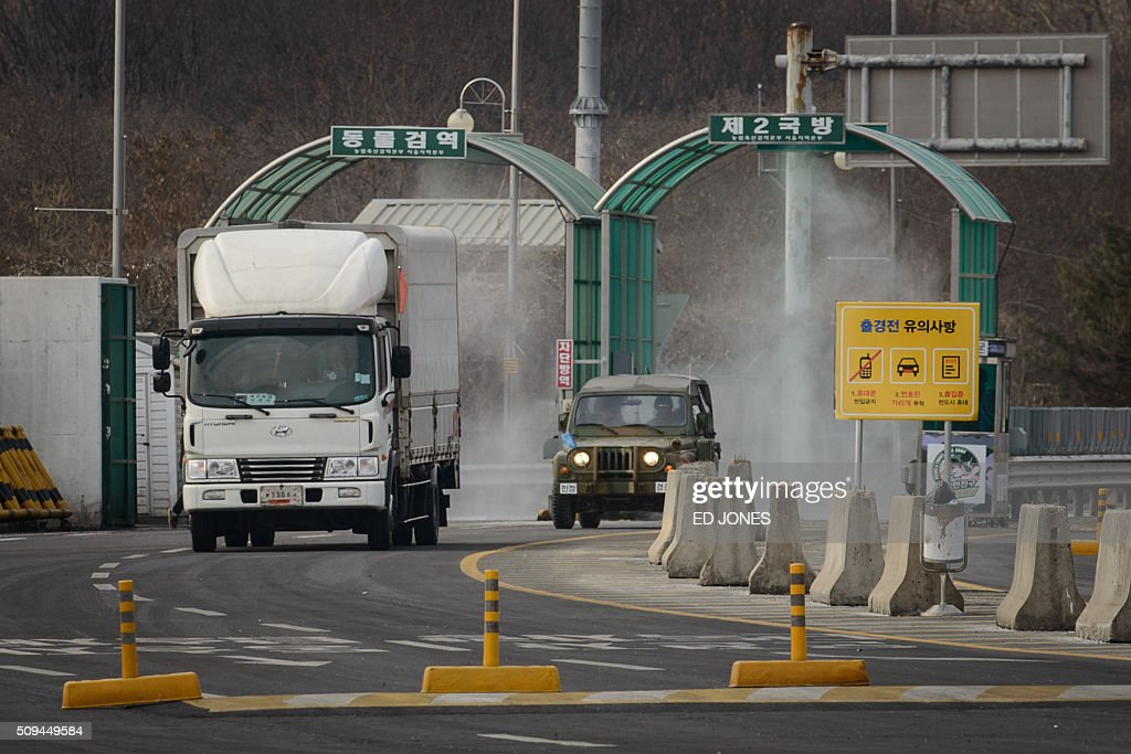 A vehicle leaving the Kaesong joint industrial zone passes through disinfectant spray before a checkpoint at the CIQ immigration centre near the Demilitarized Zone (DMZ) separating North an South Korea, in Paju on February 11, 2016. South Korea said it would suspend operations at the Kaesong joint industrial complex in North Korea to punish Pyongyang for its latest rocket launch and nuclear test. AFP PHOTO / Ed Jones / AFP / ED JONES