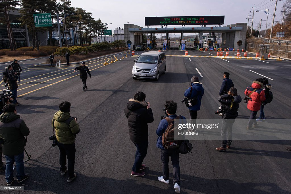 A vehicle leaving the Kaesong joint industrial zone passes through a checkpoint at the CIQ immigration centre near the Demilitarized Zone (DMZ) separating North an South Korea, in Paju on February 11, 2016. South Korea said it would suspend operations at the Kaesong joint industrial complex in North Korea to punish Pyongyang for its latest rocket launch and nuclear test. AFP PHOTO / Ed Jones / AFP / ED JONES