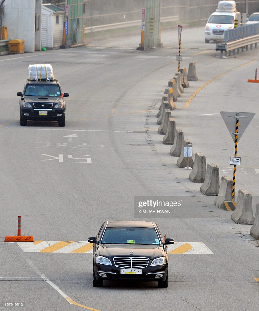 Vehicles carrying seven South Korean workers cross a border checkpoint in Paju on May 3, 2013, after returning from the joint industrial zone in North Korea. South Korea on May 3 withdrew its last remaining workers from the zone at risk of permanent closure due to soaring military tensions. AFP PHOTO / KIM JAE-HWAN