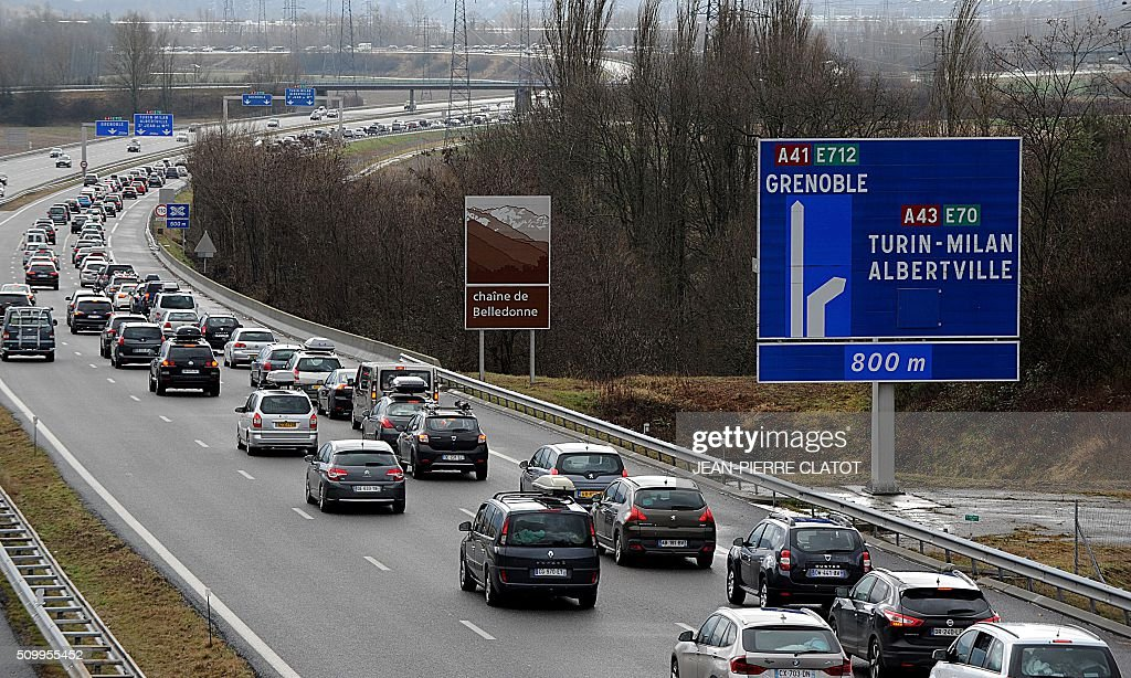 Vehicles drive at reduced speed on February 13, 2016 on the A43 highway near Chignin towards ski resorts during a crossover of people going to or coming from the ski stations during the school holidays. / AFP / Jean-Pierre CLATOT