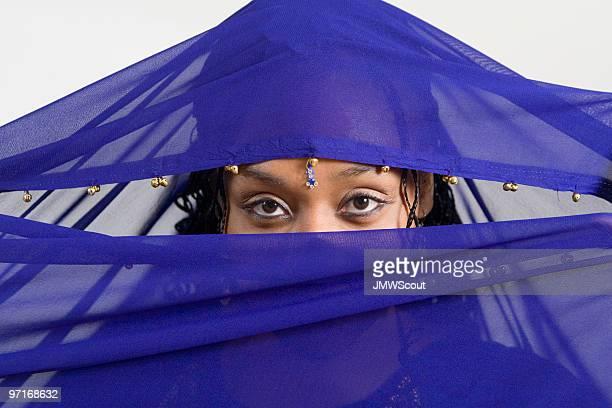 Veiled beleza com os olhos Penetrar
