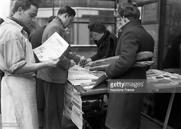 Vendeur de journaux à Paris France circa 1940