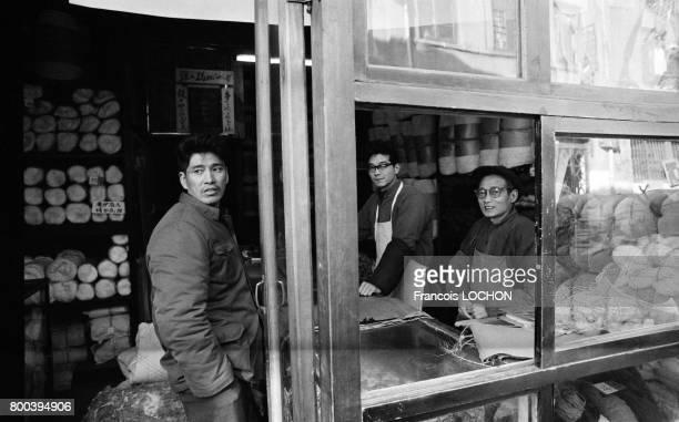 Vendeurs et client dans un magasin en décembre 1977 à Shanghaï Chine