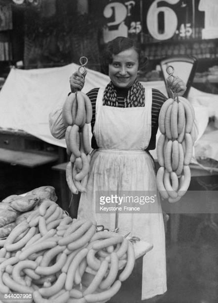 Vendeuse présentant du boudin blanc à Paris France en décembre 1932