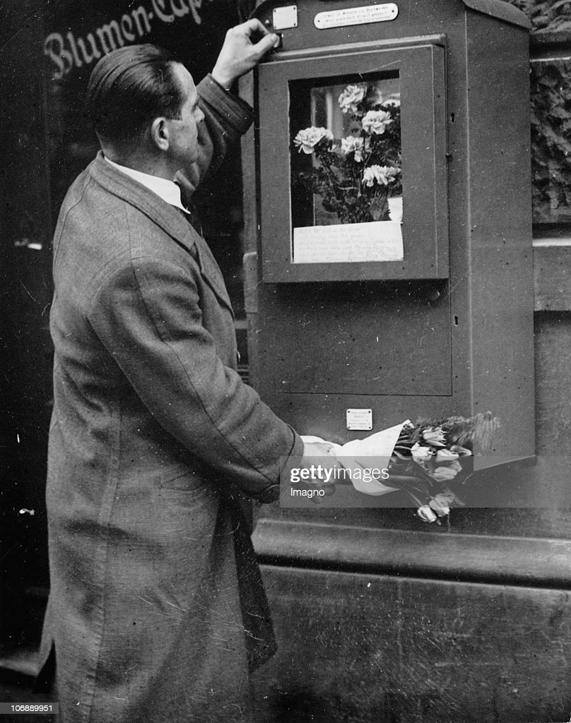 A vending machine for bouquets of flowers in the Western part of Berlin. Photograph. Around 1930.