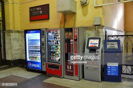 Vending machines for drinks and payment terminals at Kazansky station : Stockfoto