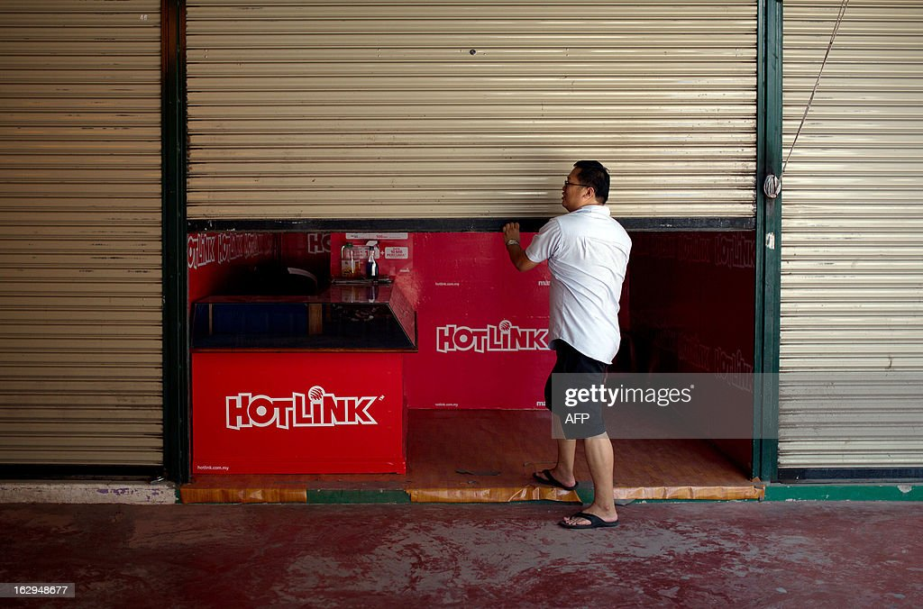 A vendor closes his shop in Lahad Datu near the area where the stand-off with Sulu gunmen in Tanduo village on the Malaysian island of Borneo on March 2, 2013. Malaysia has threatened to take 'drastic action' against intruding followers of a self-claimed Philippine sultan, after their tense standoff erupted in a shootout that killed 14 people. AFP PHOTO / MOHD RASFAN