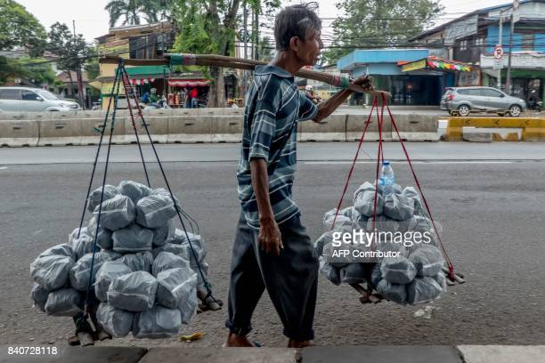 TOPSHOT A vendor sells selfmade charcoal in Jakarta on August 30 2017 / AFP PHOTO / Bay ISMOYO