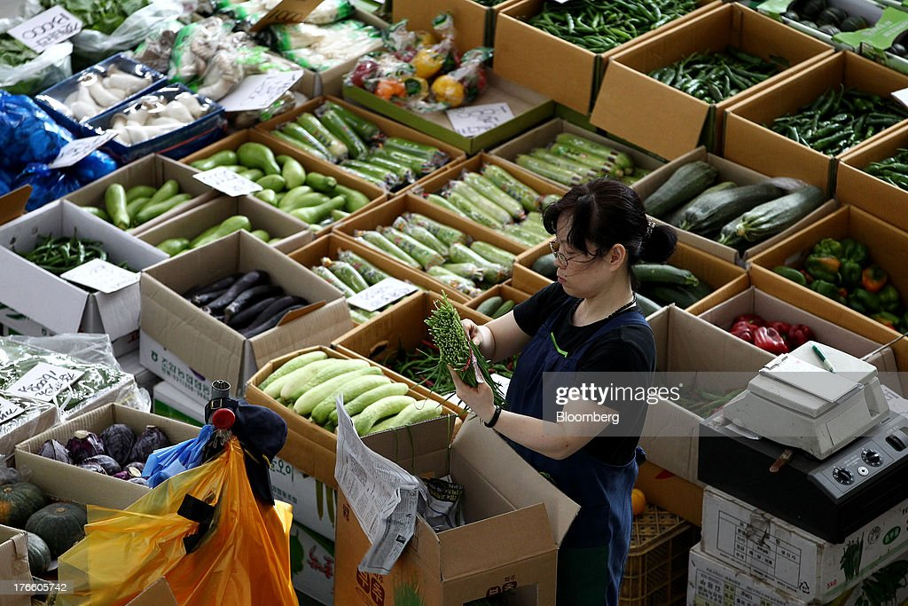 A vendor sorts chives at Samsan Agricultural Wholesale Market in Incheon, South Korea, on Friday, Aug. 16, 2013. South Korean producer prices declined 0.9 percent in July from a year earlier after a 1.4 percent drop in June, the central bank said in a statement today. Photographer: SeongJoon Cho/Bloomberg via Getty Images